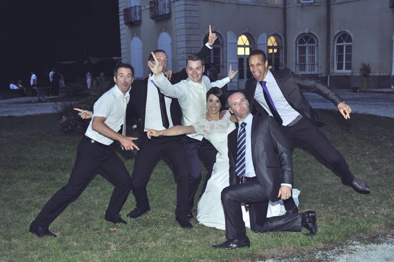 Mariés font une pose fun, marrante et originale !