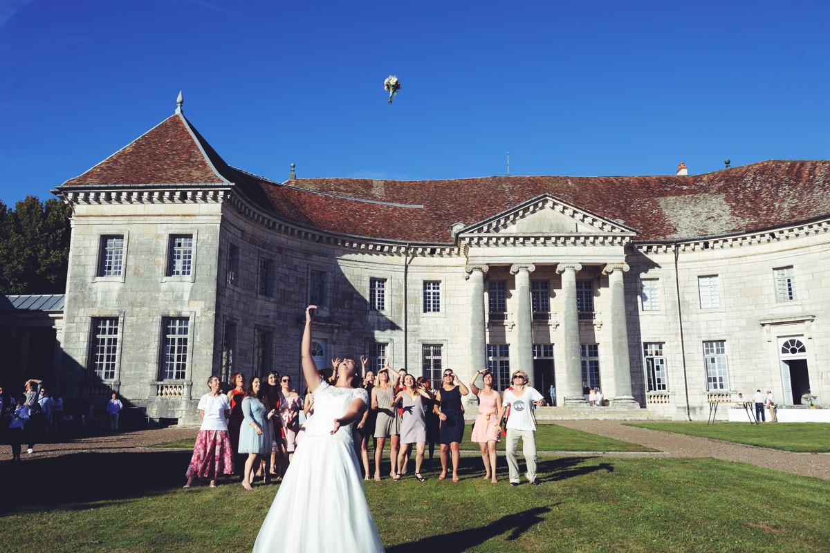 Mariage dans le parc d'un chateau d'un disciple de Ledoux