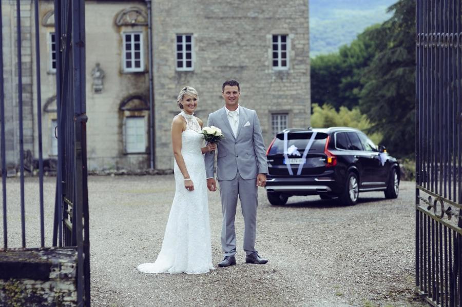 Mariés devant un chateau en haute saone pour la seance photo de mariage
